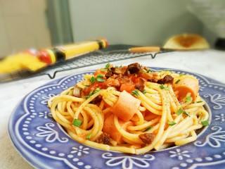 茄汁牛肉穿肠意面,撒少许香葱末食用吧! 敏茹意作品