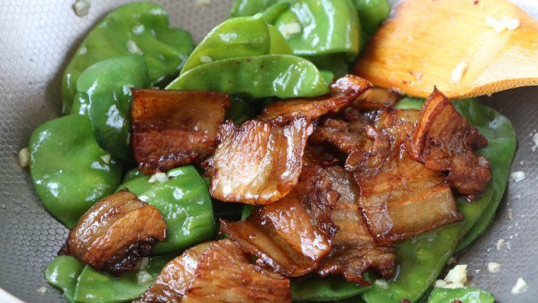 扁豆炒五花肉,最后放入五花肉翻炒均匀即可;