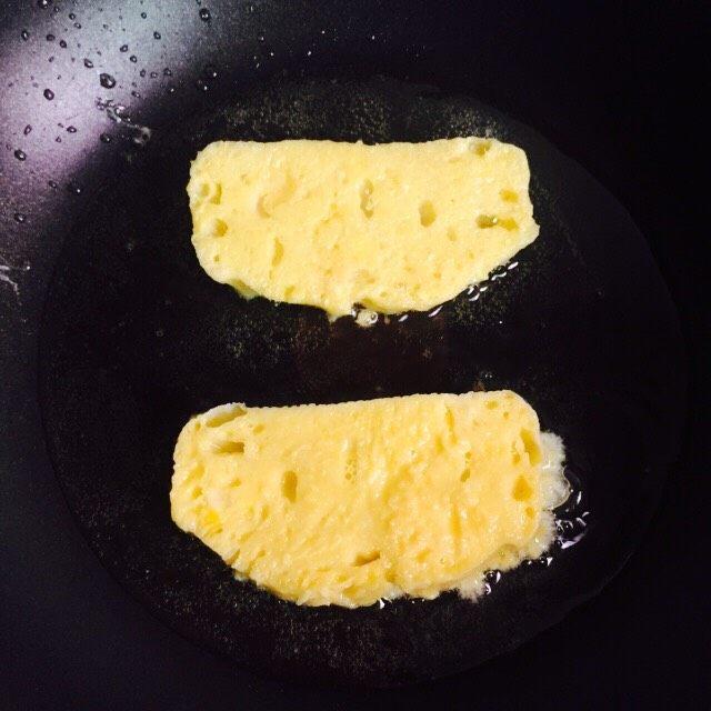 奶香黄金馒头片#快手早餐#,两片一起煎,煎至金黄色