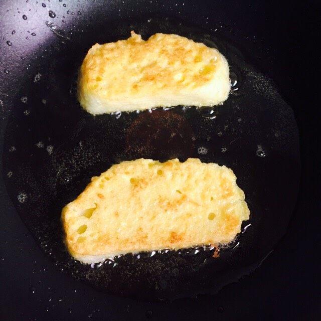 奶香黄金馒头片#快手早餐#,再翻面煎另外一面,煎至金黄即可