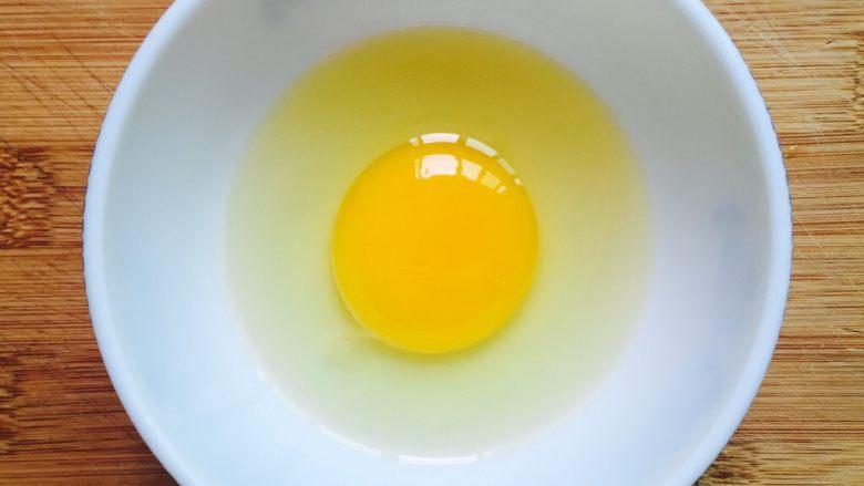 奶香黄金馒头片#快手早餐#,鸡蛋打入碗里