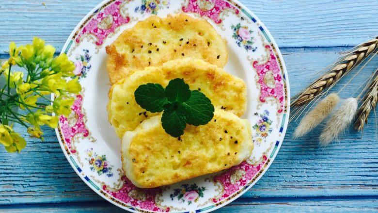 奶香黄金馒头片#快手早餐#,煎至两面金黄撒上黑胡椒碎,薄荷叶装饰