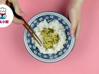 网红夏威夷波奇饭,米饭1碗加入寿司醋10ml、蛋黄酱10g、香松适量,搅拌均匀备用