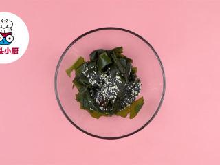 网红夏威夷波奇饭,干裙带菜5g用清水泡发,再放入沸水中焯烫,捞出装碗,加入芝麻油5g、寿司醋10ml、甜辣酱10g、熟芝麻少许,拌匀