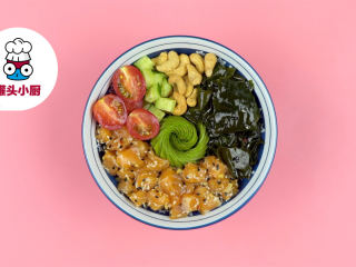 网红夏威夷波奇饭,在拌饭上铺上海苔片,放入牛油果,码入拌好的三文鱼、裙带菜、腰果、黄瓜丁、圣女果