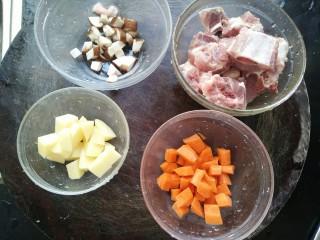 排骨土豆焖饭,首先要处理好食材。