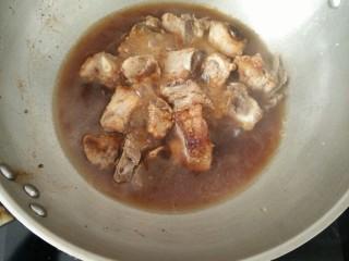 排骨土豆焖饭,接着倒入适量热水,煮三分钟左右。