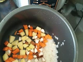 排骨土豆焖饭,大米淘洗干净,放到压力锅里,加入胡萝卜、土豆和香菇。