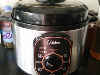 排骨土豆焖饭,压力锅盖盖子,现在煮饭功能即可。时间到后再焖十分钟。