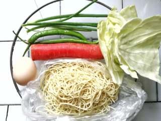 月半弯炒(拌)面,卷心菜、青椒、青葱、胡萝卜等食材洗净备用