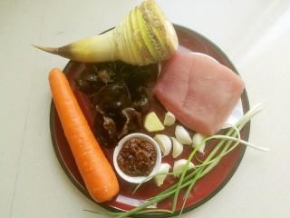 鱼香肉丝#,准备好冬笋,泡发好的木耳,胡萝卜,里脊肉,豆瓣酱和葱姜蒜。