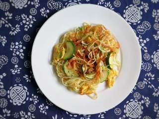 月半弯炒(拌)面,装盘。如若家里人口味不宜,口味较重的食客,可以在装盘后再加些辣椒油、泡椒碎、几滴酱油... ...