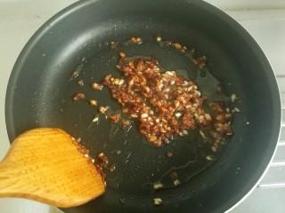 鱼香肉丝#,放入豆瓣酱炒出红油。