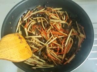 鱼香肉丝#,继续翻炒。