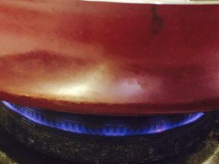 香煎豆腐,炉火调至小火