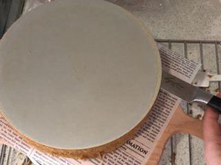 蜜豆抹茶戚风蛋糕,倒扣在油纸上,刀划开底部模具即可