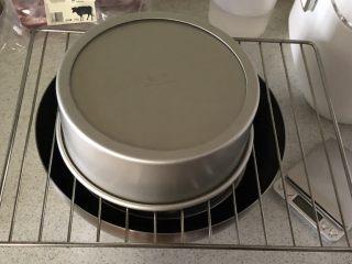 蜜豆抹茶戚风蛋糕,烤好拿出轻震两下,立马倒扣等待冷凉