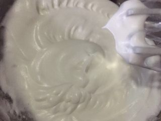 蜜豆抹茶戚风蛋糕,打至提前打蛋器留有小尖角即可