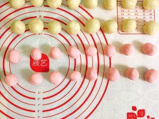 桃花酥,油皮和油酥分别分成16个小团子