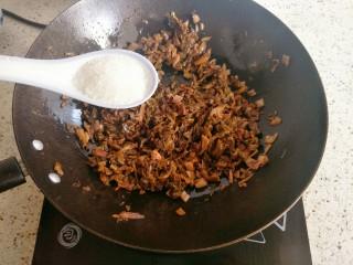 糟菜炒甜笋,加入一大勺白糖炒匀,糟菜特别酸,必须加糖调味
