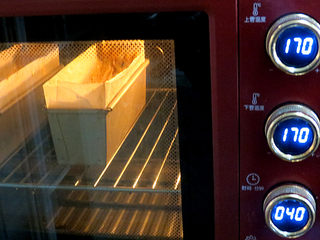 风味独特滴【焦糖南瓜磅蛋糕】 ,放入预热好的烤箱中层,上下火调至170°烤40分钟