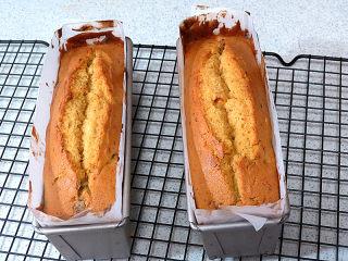 风味独特滴【焦糖南瓜磅蛋糕】 ,烤完后取出模具