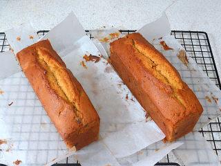 风味独特滴【焦糖南瓜磅蛋糕】 ,将蛋糕取出,放在晾网上撕开烘焙纸,稍放一会儿