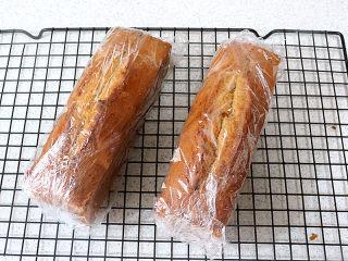 风味独特滴【焦糖南瓜磅蛋糕】 ,趁热用保鲜膜包起来,密封保存
