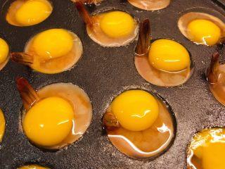 虾扯蛋,调整一下虾尾巴,让虾尾立起来。