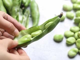茴香蚕豆,将新鲜蚕豆剥开外荚,取出蚕豆。