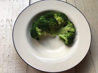 蚝油西兰花,一块块地摆入盘里。