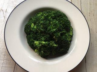 蚝油西兰花,摆成西兰花原有的圆球形状。