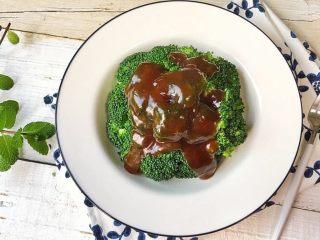 蚝油西兰花,从上至下浇上西兰花即可食用。