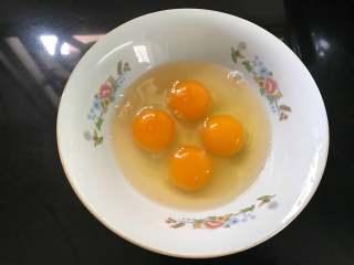 香椿炒鸡蛋,4个鸡蛋打入碗中。