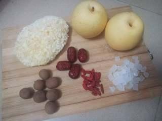 冰糖银耳炖雪梨,材料全家福。其实还买了白莲子,煮好后才想起这个 ( ´◔ ‸◔`)