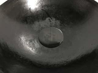 香椿炒鸡蛋,锅中倒入适量油。