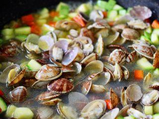 好吃到爆的花蛤西葫芦面,把倒入锅中的花蛤搅拌均匀后