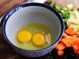 好吃到爆的花蛤西葫芦面,取一个碗、把鸡蛋打散后备用