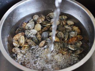 好吃到爆的花蛤西葫芦面,买回家的花蛤提前用海水浸泡1个小时、让花蛤把沙吐净后用自来水冲洗干净……