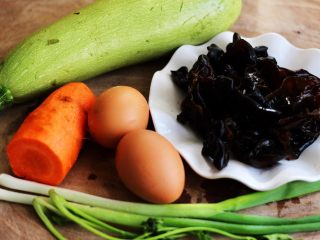 好吃到爆的花蛤西葫芦面,备齐所有的食材;西葫芦、胡萝卜、鸡蛋、木耳提前泡发好洗净、葱摘洗干净、香菜洗净备用……