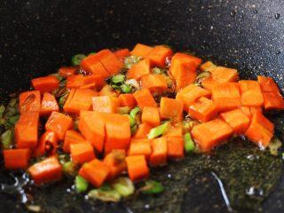 好吃到爆的花蛤西葫芦面,加入胡萝卜丁翻炒片刻后