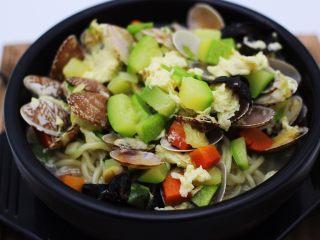 好吃到爆的花蛤西葫芦面,浇上做好的卤即可食用