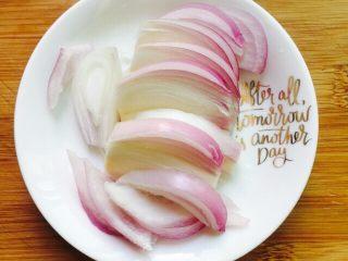 下酒菜~爆炒钉螺,洋葱切好备用,只需要1/4的洋葱即可