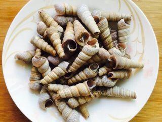 下酒菜~爆炒钉螺,钉螺去掉尾部尖尖的那部分将放入清水浸泡10分钟,吐出泥沙,最后清新干净