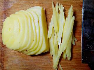 鸡蛋煎土豆,土豆去皮切丝备用