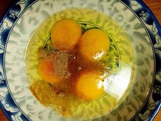 鸡蛋煎土豆,鸡蛋打到碗里,加适量盐 十三香 少量料酒