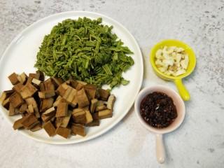凉拌香椿,将香椿切末、香干切丁、蒜头切丁