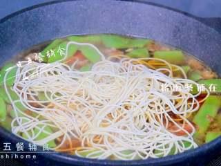 牛肉豆角焖面,将面条铺在豆角上。放面条之前,如果感觉汤比较多,先倒些汁出来,尽量让面条不沾水,处于焖的状态。 >>面条最好用鲜面条,滋润筋道,比较好吃。