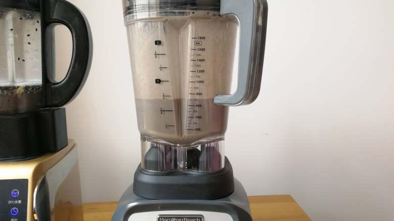 益智营养芝麻糊,仅仅只需5分钟,一杯热乎乎的营养米糊就完成,打出的米糊特别细腻,顺滑,入口即化。