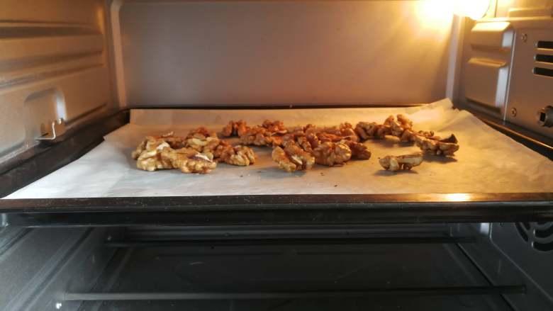 益智营养芝麻糊,<a style='color:red;display:inline-block;' href='/shicai/ 665'>核桃</a>去壳,放入烤箱中烤香。烤盘放入烤箱中层,不需要提前预热150度热风,烘烤5-6分钟左右。同理不要烤过头了。如果没有烤箱用炒锅也一样。